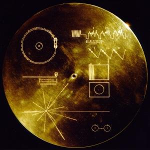 Cubierta del Disco de oro de las Voyager, con instrucciones para poder interpretarlo, así como información sobre nuestro mundo.