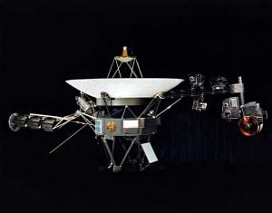 Sonda Voyager. El disco de oro está en el centro, de la estructura de la sonda, con el cabezal incluido.