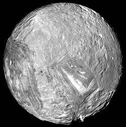 Con sólo 470 km de diámetro, Miranda es la segunda luna más pequeña del Sistema Solar que mantiene su forma esférica. Sólo le supera Mimas.