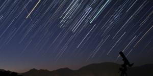 Foto de larga exposición de una lluvia de estrellas.