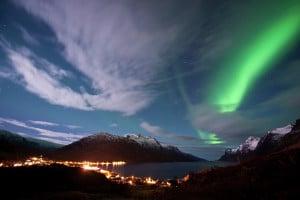La Aurora Boreal sobre Ersfjorden, en Kvaløya, Noruega.   Crédito: Gaute Bruvik - visitnorway.com