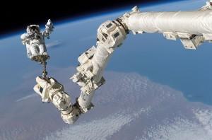 El brazo robótico Canadarm2, es una pieza fundamental en el mantenimiento y ensamblaje de la Estación Espacial Internacional.
