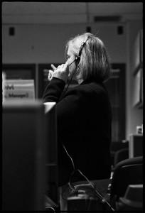 Alice Bowman, la Jefa de Operaciones de Misión, trabajando en el centro de operaciones de la misión. Esta fotografía fue tomada durante la fase final de salida de hibernación de la sonda, el 6 de diciembre de 2014.  Crédito: SwRI/JHUAPL