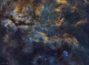 El paisaje celeste en la zona de la constelación del Cisne, en el plano de la Vía Láctea. Crédito: Paul C. Swift