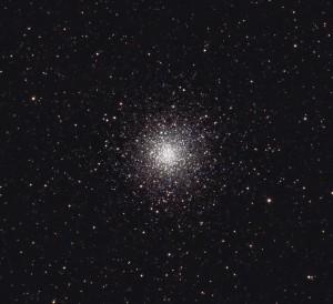 """El cúmulo globular Messier 10, visto a través de un telescopio amateur. Es posible apreciar algunas de las estrellas que componen el centro de la región. Crédito: Usuario """"Hewholooks"""" de Wikipedia."""