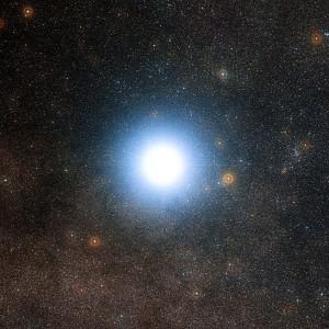 Alfa Centauri, y el cielo alrededor del sistema estelar.  Crédito: ESO/DSS 2