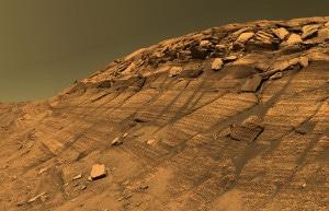 Es posible que esas líneas oscuras, en la colina Burns, en el cráter Endurance, sean producto del agua líquida. Crédito: NASA/JPL/Cornell