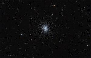 """Messier 13 visto en una imagen de campo amplio.  Crédito: Usuario """"rawastrodata"""" de Wikipedia"""