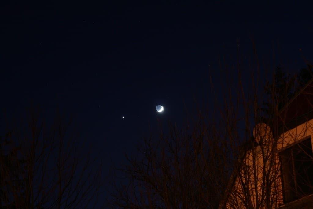 En esta imagen puedes ver la Luna y, a la izquierda, Júpiter. Crédito: Radoslaw Ziombe