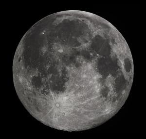 La Luna, vista desde el hemisferio norte de la Tierra. Aunque menos evidentes, esas diferencias en las tonalidades de la superficie lunar siguen siendo apreciables. Crédito: Gregory H. Revera