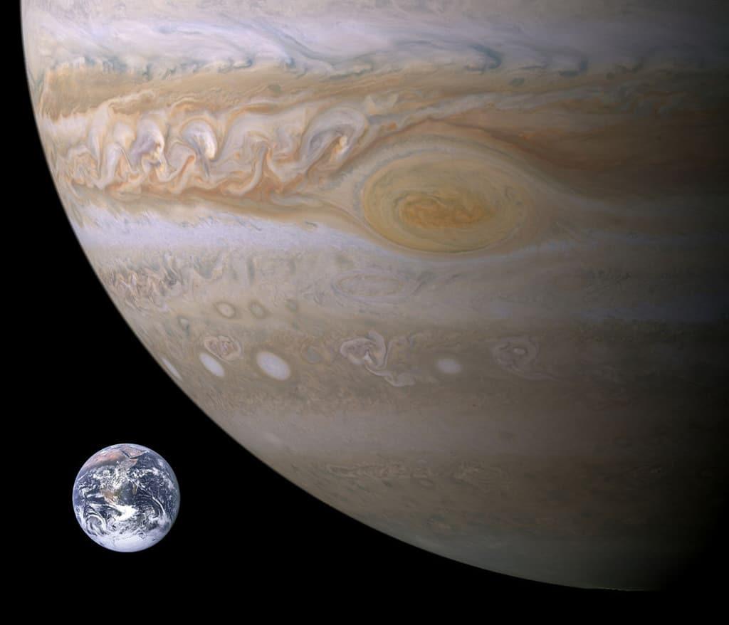 Comparación entre la Gran Mancha Roja y la Tierra. Crédito: NASA