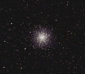 "M12 visto a través de un telescopio amateur. Crédito: Usuario ""Hewholooks"" de Wikipedia"