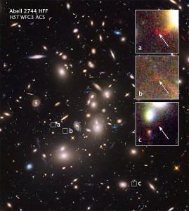 En esta otra imagen del Cúmulo de Pandora se pueden ver algunas de las galaxias, increíblemente distantes, amplificadas por la lente gravitacional. Crédito: NASA, J. Lotz, (STScI).