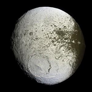 Japeto, observado por la sonda Cassini en 2.007 Crédito: NASA/JPL/Space Science Institute