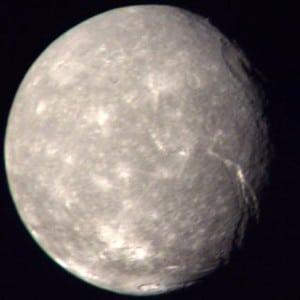 Una imagen de Titania, capturada por la Voyager 2. Crédito: NASA/JPL