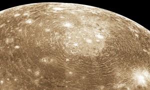 Esta imagen, tomada por la sonda Voyager 1, muestra el crater Valhalla. Su diámetro total es de 3.800 kilómetros. Crédito: NASA