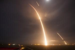Esta imagen de larga exposición muestra el despegue del cohete Falcon 9 y el uso de los motores para lograr tocar tierra en su aterrizaje. Crédito: SpaceX