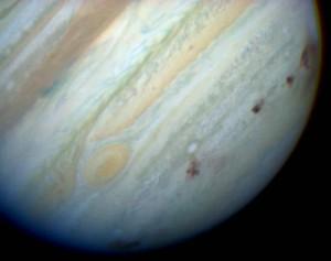 Las áreas marrones en esta imagen muestran las zonas de impacto del cometa Shoemaker-Levy9. Crédito: Hubble Space Telescope Comet Team and NASA