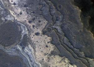 Esta imagen, tomada por la Mars Orbiter, muestra capas de roca en el sistema de cañones de Valle Marineris. En ella se pueden apreciar tramos de silicio opalino, como el fotografiado por el rover Spirit en el Cráter Gusev. Crédito: NASA/JPL-Caltech/Univ. of Arizona