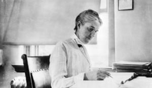 Henrietta trabajando en su escritorio del Observatorio del Harvard College.