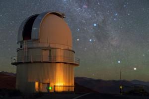 En esta imagen, Alfa Centauri es la estrella azul que aparece justo encima de esa antena que puedes ver en la derecha de la imagen. Crédito: Y. Beletsky/ESO