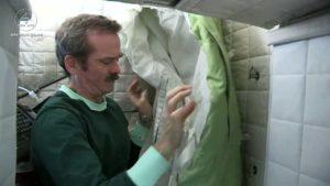Chris Hadfield preparando su saco de dormir en la Estación Espacial Internacional. Crédito: Chris Hadfield / Canada Space Agency