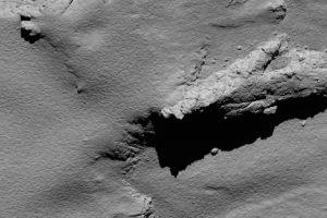 El lugar del descenso de Rosetta, fotografíado a una altura de 5,7 kilómetros. Crédito: ESA/Rosetta/MPS for OSIRIS Team MPS/UPD/LAM/IAA/SSO/INTA/UPM/DASP/IDA