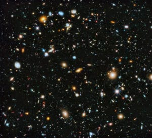 Esta imagen del telescopio Hubble acumula 555 horas de exposición de una región del cielo aparentemente vacía. Todos los objetos son galaxias, con la excepción de dos estrellas (indicadas por su forma puntiaguda). El espacio fotografiado es, aproximadamente, el que ocupa un palillo a la distancia de tu brazo extendido. Crédito: NASA