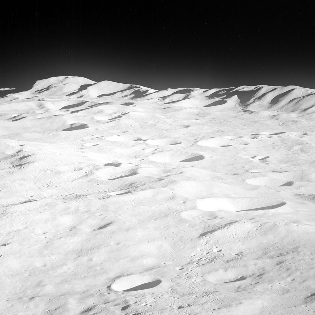 Una estructura metálica se oculta bajo el polo sur de la Luna